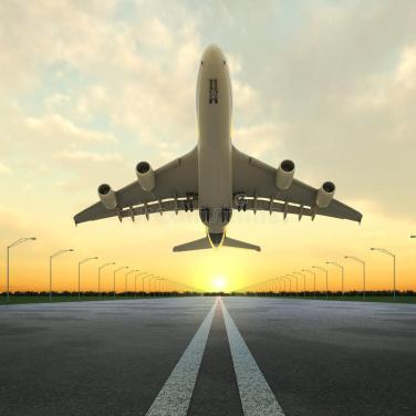 aereo-di-decollo-aeroporto-al-tramonto-15111895.jpg