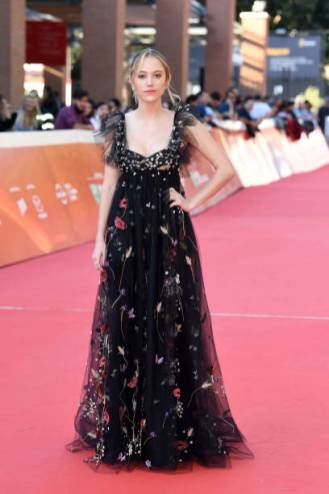 """ROME, ITALY - OCTOBER 24: Maika Monroe walks the red carpet ahead of the """"Hot Summer Nights"""" screening during the 13th Rome Film Fest at Auditorium Parco Della Musica on October 24, 2018 in Rome, Italy. (Photo by Daniele Venturelli/Daniele Venturelli/WireImage )"""