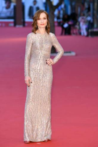 ROME, ITALY - OCTOBER 20: Isabelle Huppert walks a red carpet during the 13th Rome Film Fest at Auditorium Parco Della Musica on October 20, 2018 in Rome, Italy. (Photo by Daniele Venturelli/Daniele Venturelli/WireImage )