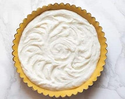 Aggiungere-il-ripieno-di-crema-di-ricotta-Ricetta-crostata-ricotta-e-visciole