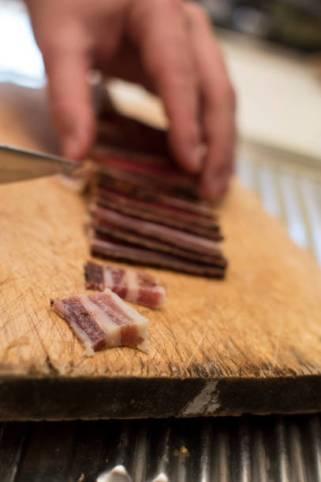 Pancetta o bacon tagliata a mano con il coltello e pronta per essere cucinata! Perfetta per una pasta alla amatriciana.