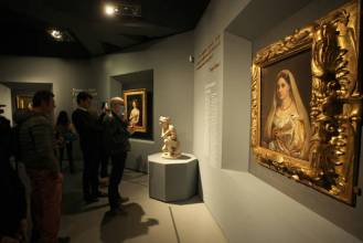 ROME, ITALY - MARCH 04,2020:A visitor looks at the painting The painting Ritratto di donna detta la Velata by Renaissance master Raffaello Sanzio da Urbino, known as Raphael, displayed at the exhibition Raffaello at the Scuderie del Quirinale in Rome. The exhibition, marking 500 years since the death of the Italian master, runs from March 5 to June 2, 2020.- PHOTOGRAPH BY Marco Ravagli / Barcroft Studios / Future Publishing (Photo credit should read Marco Ravagli/Barcroft Media via Getty Images)