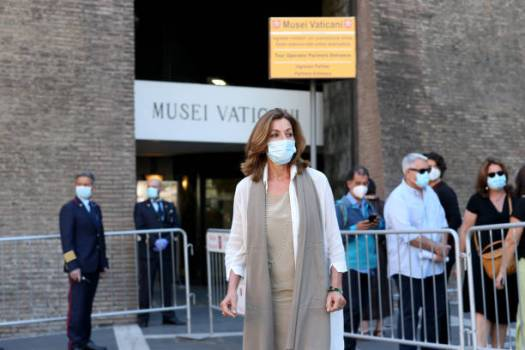 VATICAN CITY, VATICAN - JUNE 01: (EDITORIAL NEWS USE ONLY – STRICTLY NO COMMERCIAL OR MERCHANDISING USAGE) Vatican Museum director Barbara Jatta greets first visitors as the Vatican Museum reopened after three months of shutdown on June 01, 2020 in Vatican City, Vatican. The Vatican Museums reopened today to the public, while following the safety guidelines prescribed by Italian and Vatican health officials. They will be accessible only by reservation. (Photo by Franco Origlia/Getty Images)