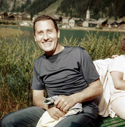 Italian actor and director Alberto Sordi smiling by a lake. 1960s. (Photo by Mondadori via Getty Images)