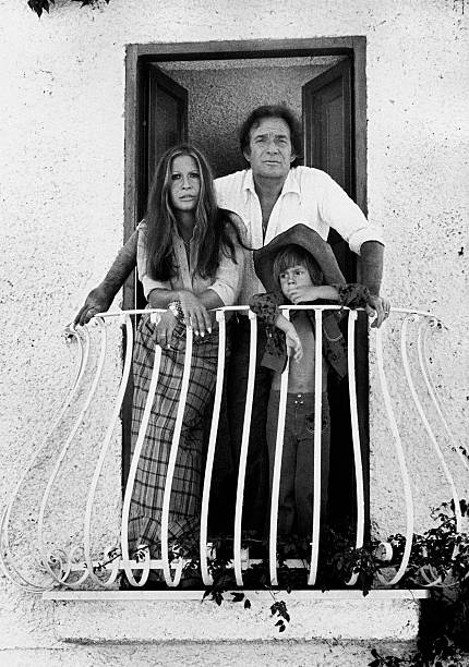 Italian actor and director Ugo Tognazzi (Ottavio Ugo Tognazzi), his son Gianmarco Tognazzi and his wife, Italian actress Franca Bettoja, leaning on the railings of a balcony in Torvaianica. Pomezia, 1970s (Photo by Mondadori Portfolio by Getty Images)