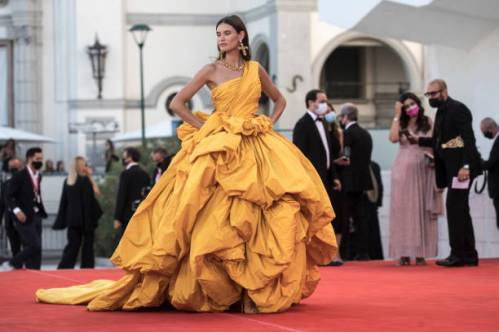 """VENICE, ITALY - SEPTEMBER 01: Bianca Balti attends the red carpet of the movie """"Madres Paralelas"""" during the 78th Venice International Film Festival on September 01, 2021 in Venice, Italy. (Photo by Alessandra Benedetti - Corbis/Corbis via Getty Images)"""