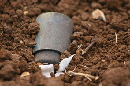 Las bombas de racimo se convierten en pequeñas minas antipersona al quedar enterradas sin explosionar. (Foto: 20minutos.es)
