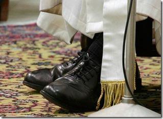 los zapatos negros del Papa