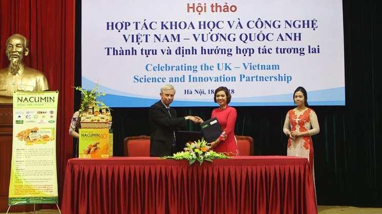 Professor Smart and Nguyen Thi Lan Anh, Director of Techbifarm, exchanging the Memorandum of Understanding.-1ni4qfw