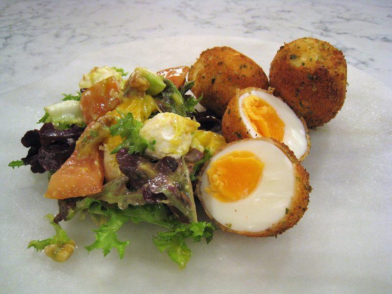 Huevos empanados con ensalada de queso
