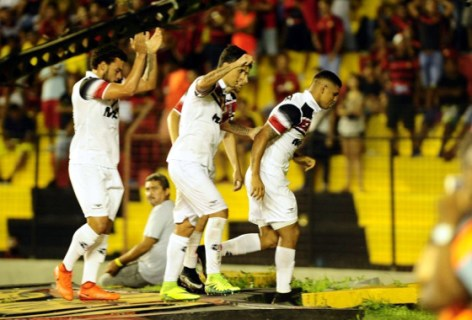 Sport virou a cachora de peruca quando deixou pisarem no símbolo máximo do clube! (Foto: Blog Cássio Zirpoli)