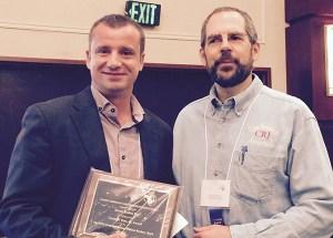 David Roman junto a John Lawrence, editor de la revista 'Nacra Case Research'.