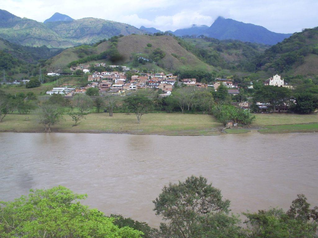 La población de Bolombolo, en el corregimiento de Antioquia, debía ser desplazada si se hubiera aprobado el proyecto Cañafisto. Foto de Darío Restrepo.