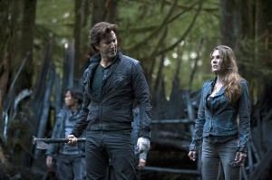 The-100-season-2-episode-1-Kane-and-Abby-in-the-forest