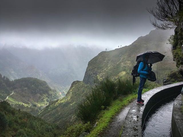 paraguas en la montaña