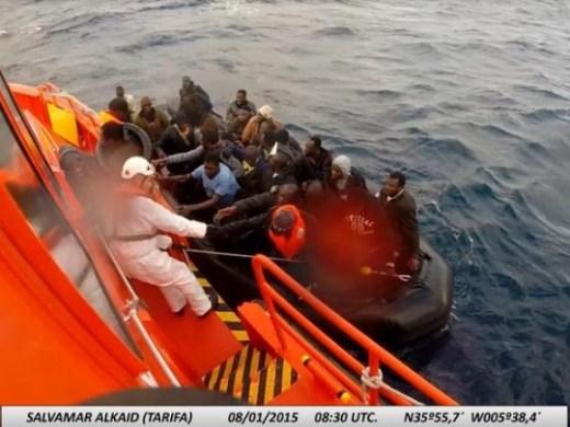 Salvamento Marítimo rescata a una embarcación en el Estrecho. / S.M
