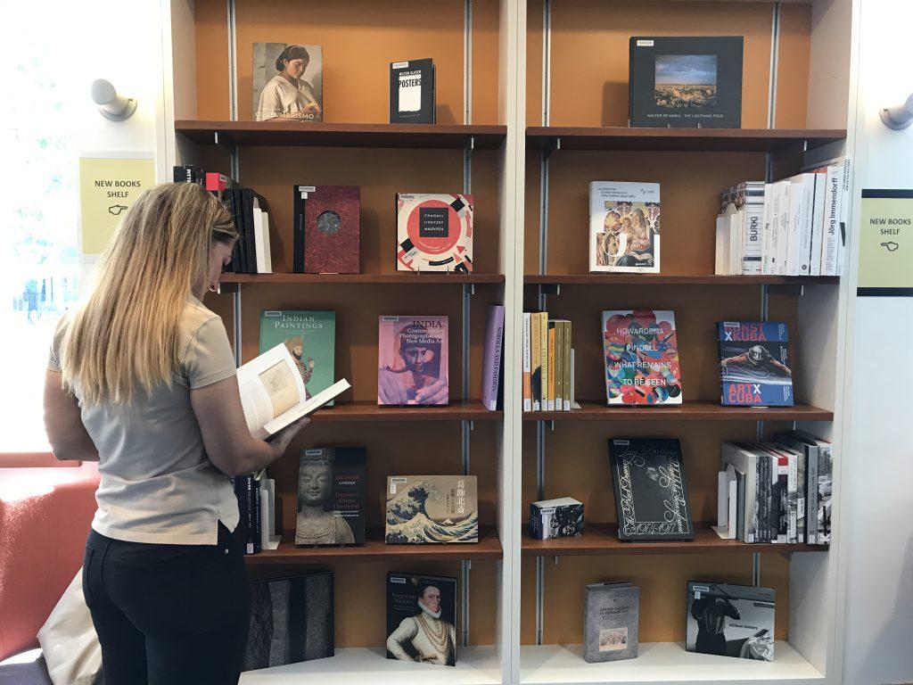 Ceramica, dell'arte cioccolatiera, tanto per restare nel perimetro di questo. New Titles Fine Arts Library Collections