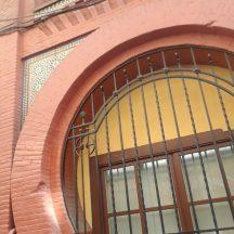 A tasteful arc on a building near Gran Via in Madrid.