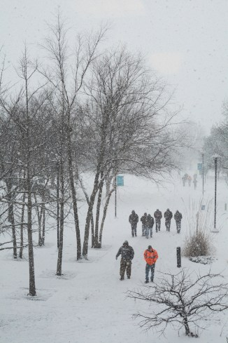 Students walk toward the Student Center in the snow. Photo by Andrew Hartnett/ The Campus Ledger.