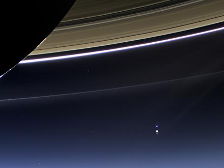 Los anillos de Saturno y nuestro planeta brillando en la lejanía NASA/JPL