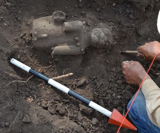 Fotografía del momento que se excavaba la plataforma P23, en donde se observa el momento exacto de cuando se extraía uno de los jaguares de Cihuatán (Imagen por FUNDAR)