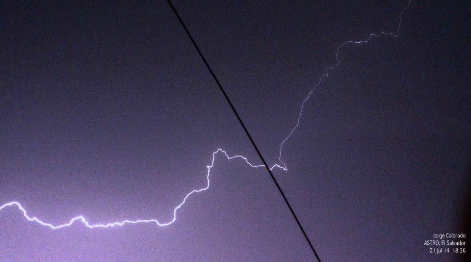 Un rayo fotografiado en los cielos de San Salvador (Jorge Colorado, Julio 2014)