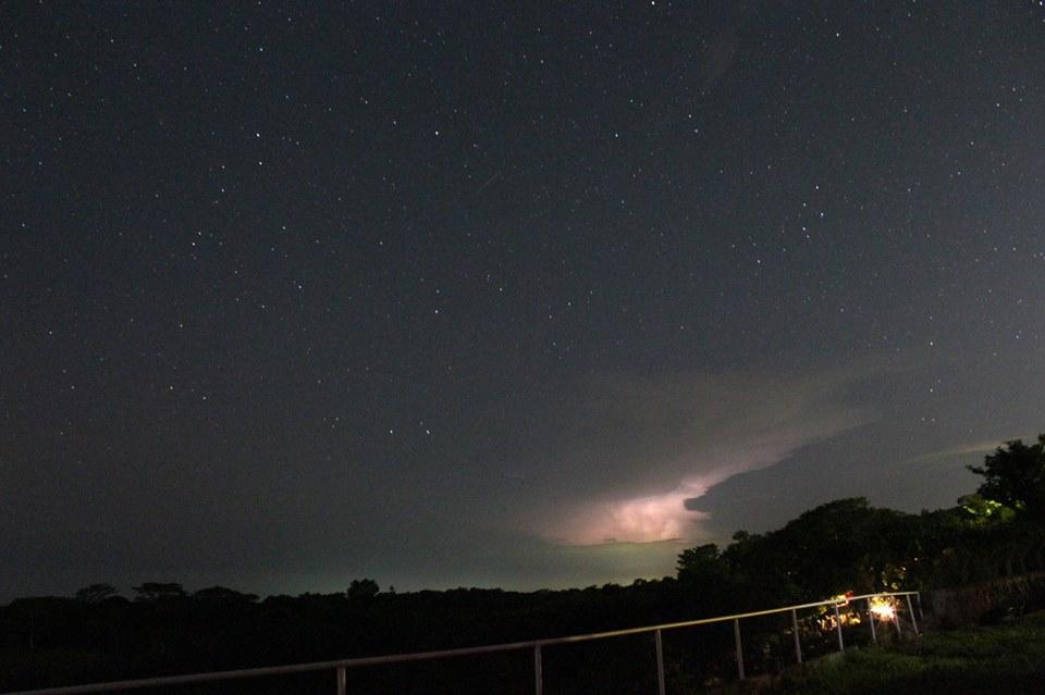 Una tormenta eléctrica vista desde el Observatorio San Juan Talpa, departamento de La Paz. La imagen capta el trazo de un meteorito el cual se observa como una delgada línea en el centro de la imagen. (Jorge Colorado, 2013)