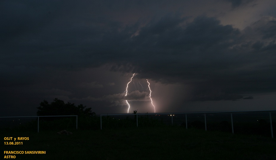 Dos rayos cayendo en zona del aeropuerto, imagen tomada desde Observatorio San Juan Talpa (Francisco Sansivirini, 2013)