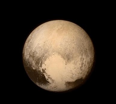 Fotografía de Plutón obtenida la tarde del 13 de julio de 2015 por la sonda New Horizons, a pocas horas de su máximo acercamiento. Imagen por NASA.