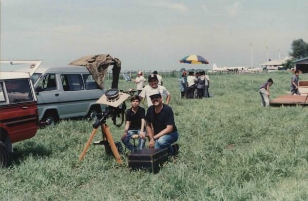 """Víctor Hugo Hurtarte y sus hijos junto con su telescopio Celeston 8"""" con el cual fotografió el Eclipse Total de Sol. Aeropuerto Internacional de El Salvador 11 julio 1991."""