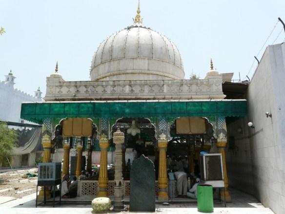 Tomb_of_Sufi_saint,_Qutbuddin_Bakhtiyar_Kaki_in_Mehrauli,_Delhi