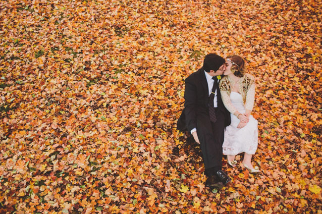 16 mariage automne couple feuilles mortes - © With Love and Embers - LaFianceeduPanda.com