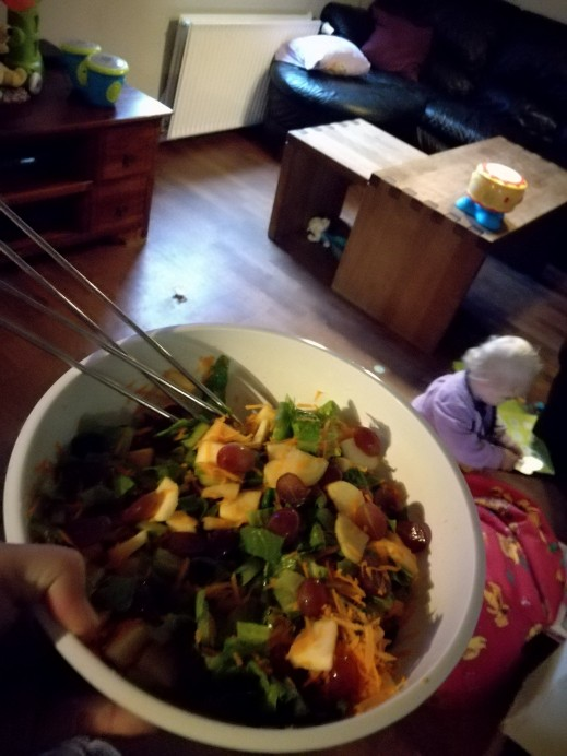 Lækker alternativ råkost salat, med grønne blade og frugt! Min lille Diannas favorit salat! Prøv den. Se opskriften på min blog: http://blogs.min-mave.dk/loevemor/