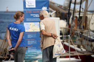 Interessierte Passanten erkundigen sich nach dem Geschehen - Foto: NABU/Volker Gehrmann