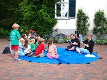 Jana und Heike Neunaber beim Geschichten erzählen und Spielen mit dem Schwungtuch - Foto: T. Buj