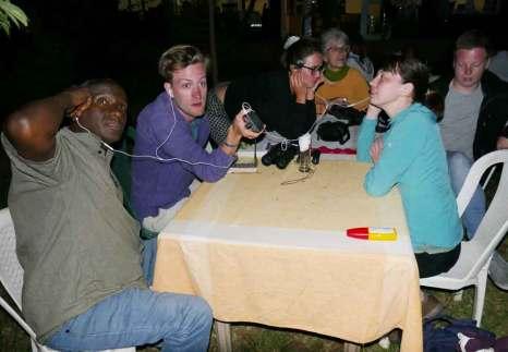 Beim Abendessen zum ersten Mal Fledermäuse hören: für unseren äthiopischen Kollegen Wondwosen und uns eine tolle Erfahrung.