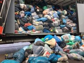 In LKWs werden sie zum Recycling-Unternehmen gebracht.