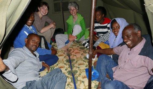 Wir lassen uns vom Regen nicht die gute Laune verderben –- Deutsch- und Amharischunterricht im Zelt.