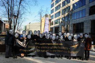 """Umweltschützer demonstrieren für mehr Geld im Kampf gegen das Artensterben. In Anspielung an den Film """"Das Schweigen der Lämmer"""" verkörperten sie die 27 Regierungschefs sowie den Kommissions- und den EU-Parlamentspräsidenten über deren Mündern ein Schmetterling liegt. Foto: Sonia Goicoechea"""
