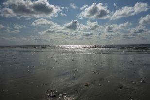 Wolken über Brandung (Foto: Tore J. Mayland-Quellhorst).
