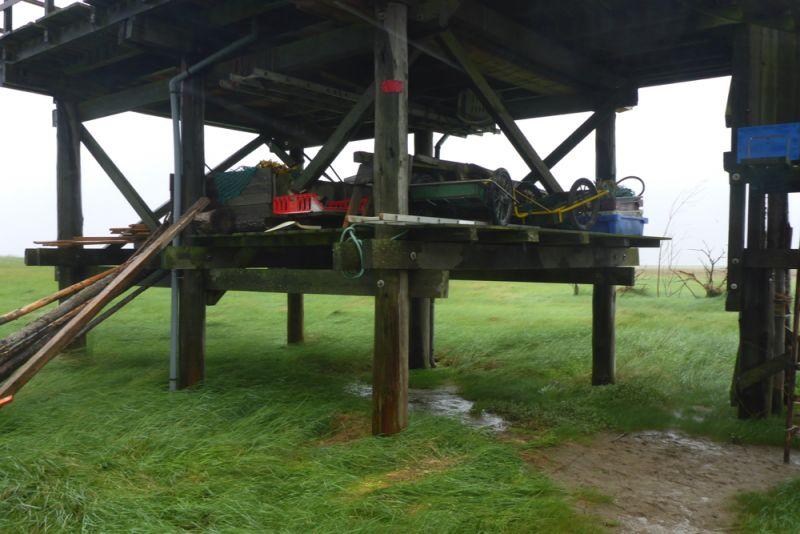 Hochwassersicher: Alles, was wegschwimmen kann, wurde vorsorglich aufs Zwischendeck gebracht (Foto: Tore J. Mayland-Quellhorst).