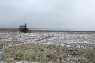 Die Hütte im Schnee, Blick vom Dünenübergang (Foto: Jonas Kotlarz)