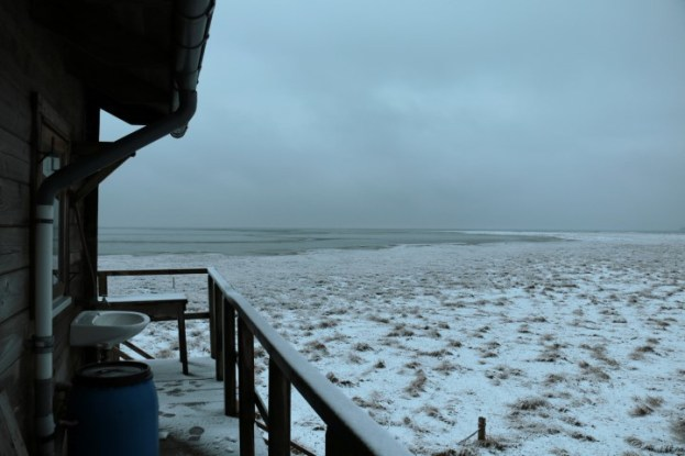 Blick von der Huette über die Insel im Schnee (Foto: Jonas Kotlarz)
