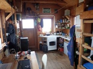 Ein Blick in die Hütte des Vogelwarts (Foto: Jonas Kotlarz)