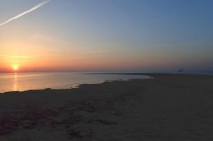 Sonnenaufgang über der SüdOst-Bucht mit Blick auf die Ölbohrinsel Mittelplate (Foto: Jonas Kotlarz)