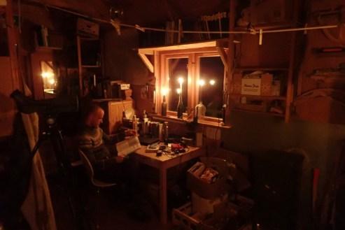 Der Abend in der Hütte, gemütlich im Kerzenschein (Foto: Jonas Kotlarz)