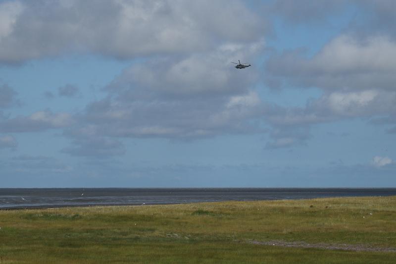 Ein Marinehubschrauber sucht nach den vermissten Personen (Foto: Jonas Kotlarz)