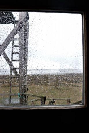 verregneter Blick aus der Hüttentür Richtung Südostbucht (Foto: A. de Walmont)