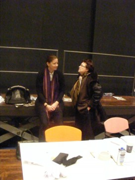 Die Produktionsleiterin Karin Lindner (Berliner Kammeroper) und Adriana Hölszky nach einer Probe