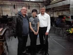 Ein breiter Komponist (ich), eine drahtige Sabrina Ma und der elanvolle GMD Markus L. Frank